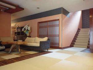 温かい配色の館内と畳の床。のんびりお寛ぎ下さい