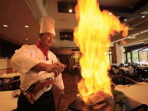 ホテル&スパ アンダリゾート伊豆高原 :メインディッシュはフランベで肉の旨みをギュっと閉じ込めます。 ドラの音が鳴ったらシャッターチャンス!