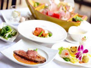 ホテル&スパ アンダリゾート伊豆高原 :ガラスが開放的なレストランで頂くディナー和洋折衷の特選ディナーコース。(2017春メニュー)