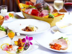ホテル&スパ アンダリゾート伊豆高原 :ガラスが開放的なレストランで頂くディナー和洋折衷の特選ディナーコース。(2017夏メニュー)