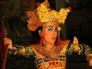 本場のバリ舞踊ショーが堪能できる『バリフェスタ』は、貴方を本当にバリへ誘います。