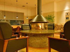 旭岳温泉 ホテルベアモンテ:【ロビー】~冬期のみ~エントランスを入ると、暖かな炎(円形暖炉)が歓迎します。