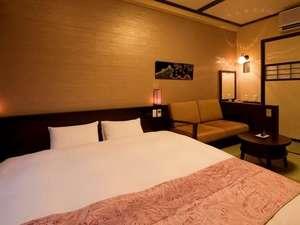 【客室:和デラックスダブル】ベッド幅200cmのキングサイズ。カップルやファミリーにオススメ♪