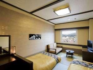 【客室:和ツイン】ベッド幅100cmが2台。低い和ベッドは快適!