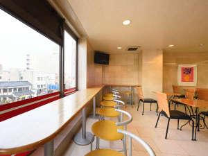 【盛岡シティホテル】盛岡駅徒歩2分×Wi-Fi無料完備:【フロント前ロビー】明るい日差しが差し込むロビーで軽朝食もご用意しております。
