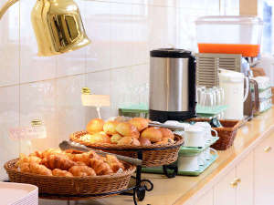 【盛岡シティホテル】盛岡駅徒歩2分×Wi-Fi無料完備:【香ばしい焼きたてパンの薫りに誘われて♪】2種類のパンやドリンクスープ等で美味しいひと時を