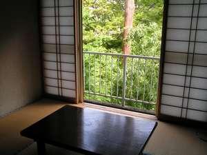 民宿 雲仙屋:部屋例1。渓谷を望む。