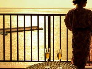 碧き凪ぎの宿 明治館:【客室・眺望】黄金色の染まった海景色をお楽しみください。3月下旬~9月中旬は夕日も楽しめます。