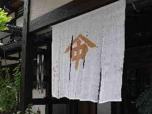 夏になると、なかだ屋玄関には夏らしい涼しげな暖簾がお出迎えいたします