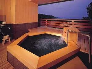 味の宿 みち潮:【貸切風呂】目の前は太平洋!木のぬくもりがやさしい和風造りです。