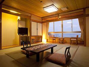 みち潮:落ち着いた和室でゆったりと海を見ながらお寛ぎください。