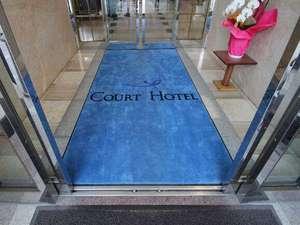 正面玄関からホテルへ。コートホテルのイメージカラーのブルー。