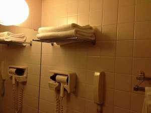 客室内バスルーム備え付けドライヤーバスタオルフェイスタオル