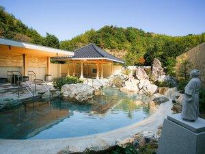 土佐ロイヤルホテル:【温泉露天風呂『桂浜』イメージ】龍馬像が眺める桂浜をイメージした露天風呂。壷湯などございます。