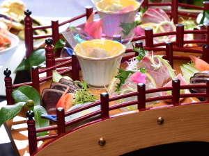 土佐ロイヤルホテル:【皿鉢料理4名盛イメージ】高知の観光名所はりまや橋が海の幸を乗せて皿鉢(さわち)料理に登場♪