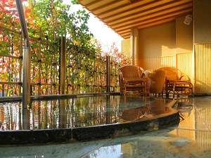 お風呂自慢の宿 翠明:お風呂もゆったりサイズの翠明露天風呂付客室(12.5+6畳)一例。季節ごとに景色をお楽しみ頂けます。