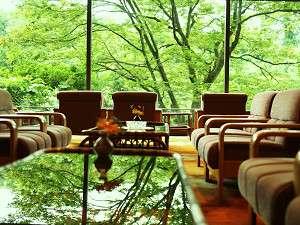 お風呂自慢の宿 翠明:ロビーの大きな窓から眺める鶴仙渓が日頃のお疲れを癒してくれます。