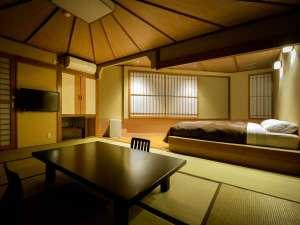 【和洋室(10畳+ツイン)展望風呂・トイレ付】畳の上でくつろいで、お休みになる際はベッドで。