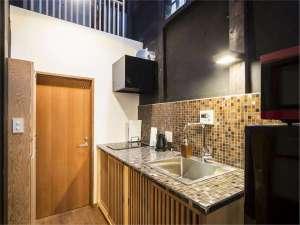 京の片泊まり 稚松やまぶき庵:設備は最新の物を設置した吊り廊下に囲まれたモダンなキッチン。調理器具や食器類も充実。