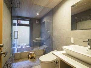 京の片泊まり 稚松やまぶき庵:総天然石で統一された浴室。ここから望む坪庭はお風呂専用のものです。