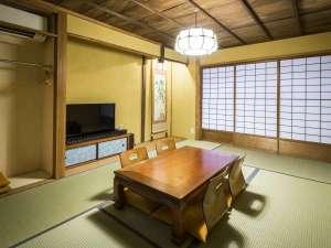 京の片泊まり 稚松やまぶき庵:こだわりのサウンドシステムを設置した1階和室。ライトアップ可能な坪庭を望みます。