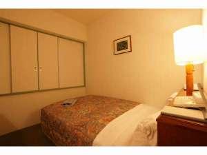 新飯塚ステーションホテル:☆シングルルーム☆ベット幅120cmのシモンズ製のセミダブルベッド採用