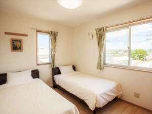 かりゆしコンドミニアムリゾート名護 ラスフローレス:お部屋は新築3LDK。主賓室のツインルーム。快適な滞在をお楽しみ下さい。
