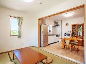 かりゆしコンドミニアムリゾート名護 ラスフローレス:新築3LDKの広々したリビングスペース。ごろりとできる和室もあり、のんびりできます。