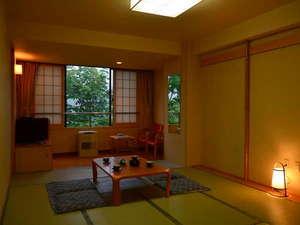 登別カルルス温泉 ホテル岩井:『純和室・8畳間』 広々とした空間に眼下に広がる緑