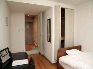 ウィークリーホテル ノースポイント:ベッドはセミダブルサイズ。クローゼットも御座います。季節に合わせた羽毛布団をご用意しています。