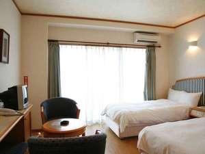Sea side Hotel The Beach(シーサイド ホテル ザ ビーチ):【本館】木目調の床と拘りの家具は、安らぎの空間を演出!