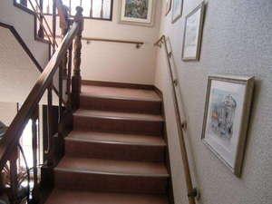 なだらかな階段には手すり、滑り止め等もあり年配者も大丈夫。