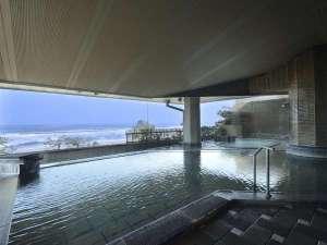 皆生グランドホテル 天水:大浴場からは遥か遠くまで日本海が見渡せる。
