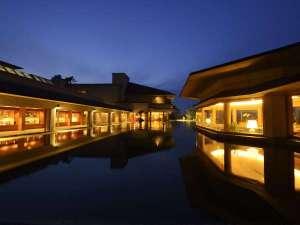 皆生グランドホテル 天水:水鏡に浮かぶバー「ブルーマリーン」