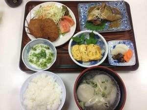 ビジネス旅館たかの家:夕食例お魚・お肉・小鉢2品・漬物・ご飯お代わり自由です