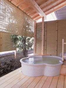 信州・上諏訪温泉 琥珀色の自家源泉を持つ宿【ホテル鷺乃湯】:客室露天風呂一例(お部屋ごとに趣が異なります)