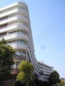 湯快リゾート 白浜御苑:【外観】青空にそびえる湯快リゾート最大規模の大型旅館!