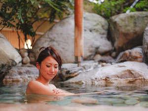 きのさきの宿 緑風閣:こぢんまりの岩風呂は源泉100%(湯量制限の為)混じりけのない源泉温泉をお愉しみ下さい