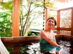 きのさきの宿 緑風閣:特別室(503・505号室)の桧の露天風呂は2人で入ってもゆったりの大きさです♪