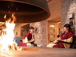 水上温泉 みなかみホテルジュラク:暖炉とワインでしっとり乾杯!炎の温もりに包まれて【暖炉ラウンジ】