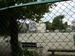 【ホテル周辺】フェニックスホテルの前はテニスコートです。静かな環境です。