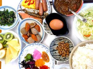 """朝からお腹いっぱい♪日替わり料理もあり種類豊富な""""ホテル自慢の""""朝食バイキング!!"""