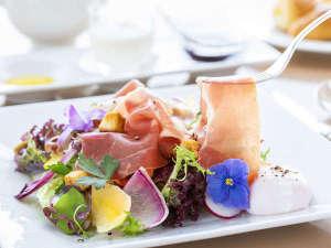 """■洋朝食(生ハムサラダ)■""""イタリア産""""生ハムはもっちり薄く食べやすい!ヘルシーなサラダとご一緒に"""