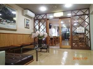 ビジネス旅館 はらだ:フロント前ロビーから食堂