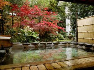 玉造温泉 松乃湯:【男性大浴場:露天風呂】秋は紅葉を眺めながら温泉をお楽しみください。