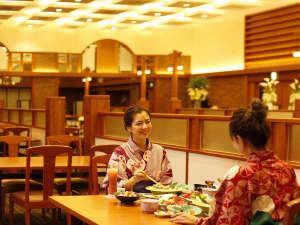 DINING六界では、ゆったりとお過ごしいただけるよう、お席の間隔を広くとっております。