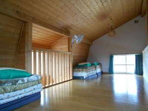コテージ森林:寝室は落ち着く木の香りいっぱいの空間です。