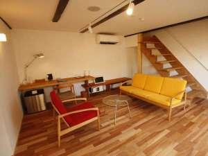 山形座 瀧波:【KURA02】白壁の米蔵をリノベーション。1階がリビング、2階がベッドルームのメゾネットタイプの客室