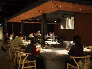 山形座 瀧波:ジャンルにとらわれない「山形座 瀧波」の料理をオープンキッチンで、ライブ感とともにお楽しみください