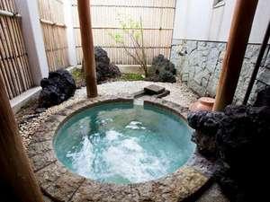 四季倶楽部 アイソネット草津:こじんまりとした露天風呂は源泉掛け流し